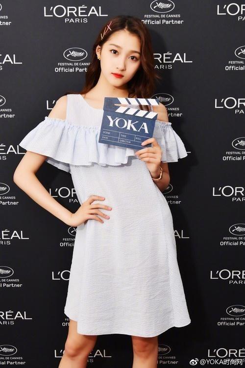 这套浅蓝露肩连衣裙,就略显普通.这种款式x宝有一大堆.图片