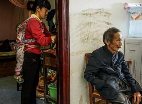 广西78岁老汉迎娶33岁娇妻 为证