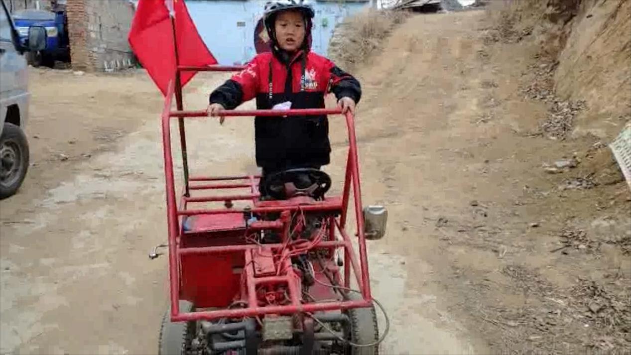 """90后农村小伙给儿子的大玩具:自造""""越野车"""" 6岁娃驾驶熟练超拉风"""
