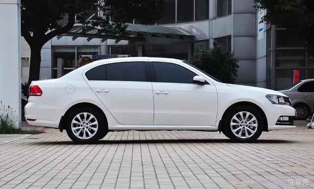 新款朗逸该车的尾灯造型极其简洁大气.