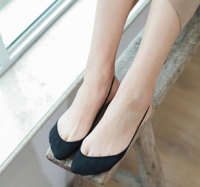 肏女人吃美脚_女人美脚就得穿水晶鞋,搭配今年最火\