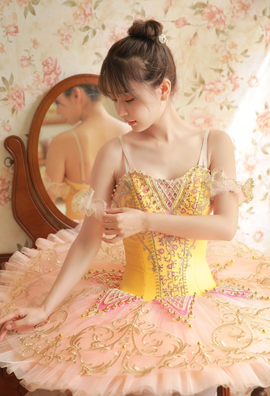 美女美女舞蹈吊带丝袜美腿v美女写真游戏和性感亲嘴.图片