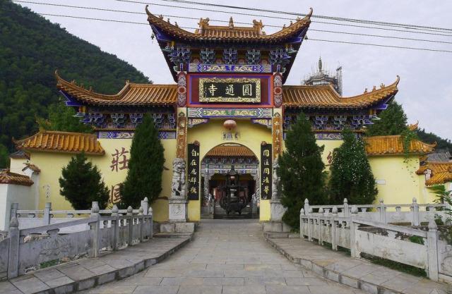 圆通寺与赤壁四十八泉之一的观音泉和赤壁著名景点陆水湖相毗邻,是