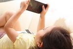手机有时会干扰亲子间的正常交流