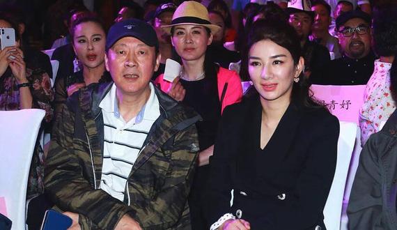 黄奕出席第8届北京电影节 面部浮肿眯眼观影心情好