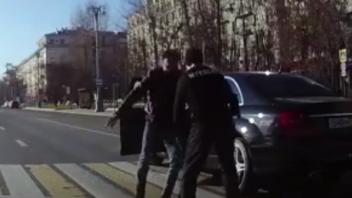莫斯科街头一司机遭暴打 原因竟是这!