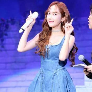 神仙姐姐刘亦菲穿这款背带牛仔裙搭配T恤,简直美出新天际了 时尚潮流 第5张