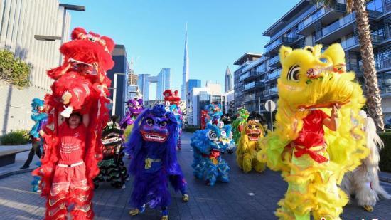 """迪拜举行""""欢乐春节""""大巡游迎中国新年"""