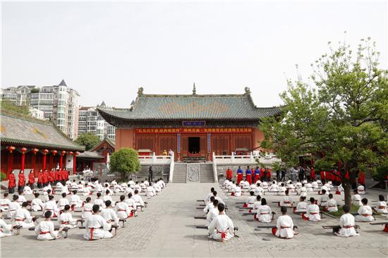郑州文庙联合先锋学校百名师生唱诵经典 展现优秀传统文化
