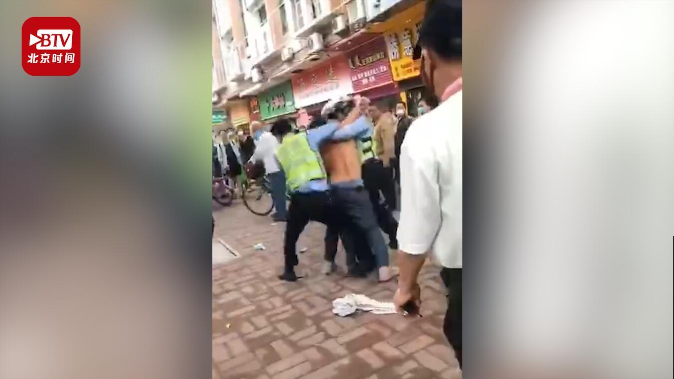 男子涉醉驾被查当街脱衣殴打交警 两名交警合力将其制伏