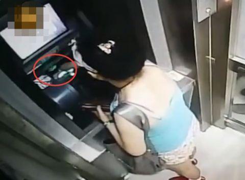 未插卡ATM机狂吐钞票 女子这么做