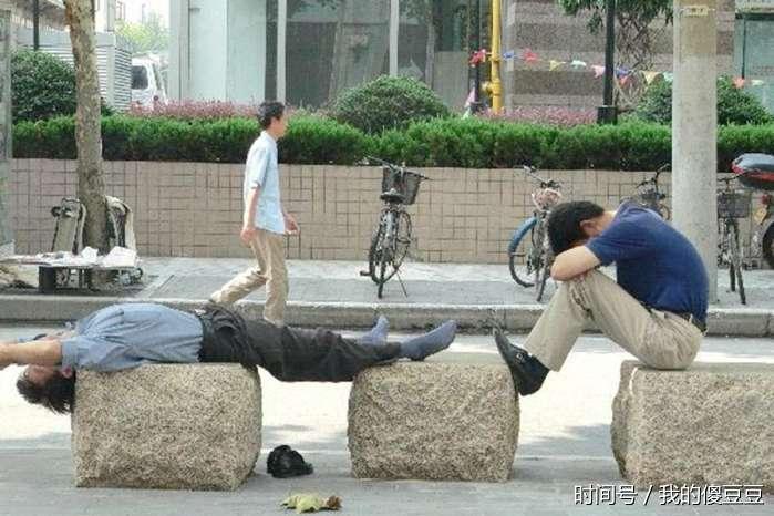 三伏天路边睡觉的打工者 三轮车小朋友看着心疼
