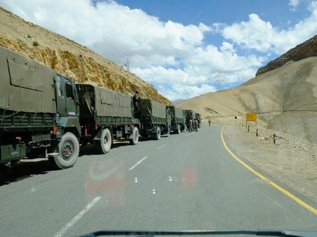 解放军军车排成长龙开赴中印边境,局势紧张!