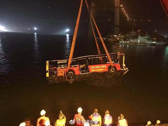 重庆万州长江二桥坠江公交车被打捞出水面