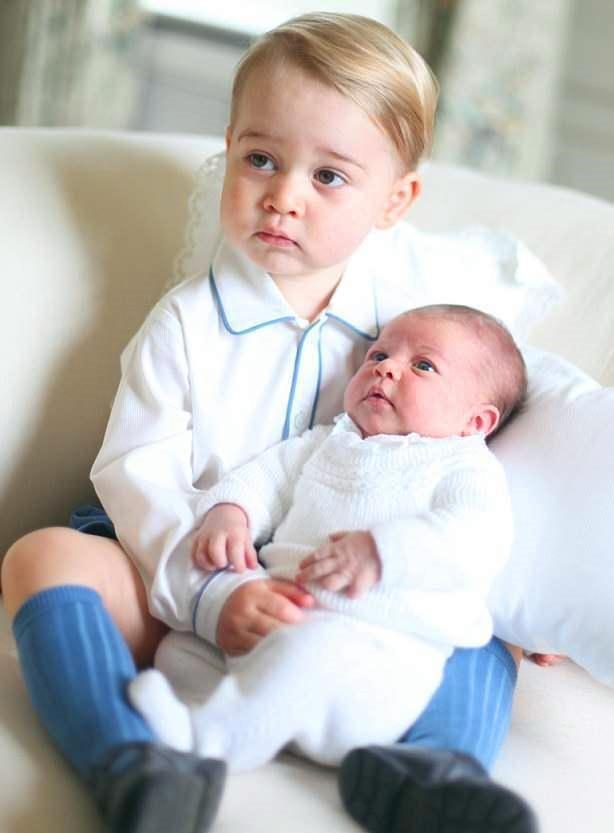 出生13天英国小王子路易成明星 新照片曝光哥哥姐姐抱怀里亲不停