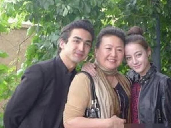 看了杨幂、迪丽热巴等明星的全家福,网友表示