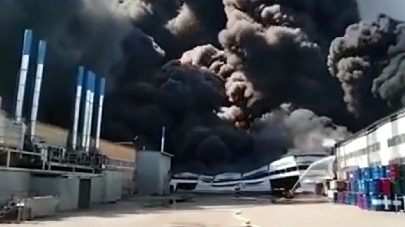 俄一油漆仓库发生大火 过火面积超1万平方米