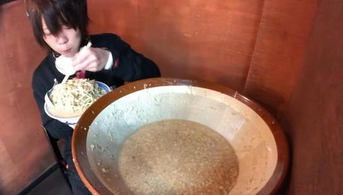 """奇闻:大胃王挑战30斤""""面条""""被盆下一物抢镜网友:俺眼花"""