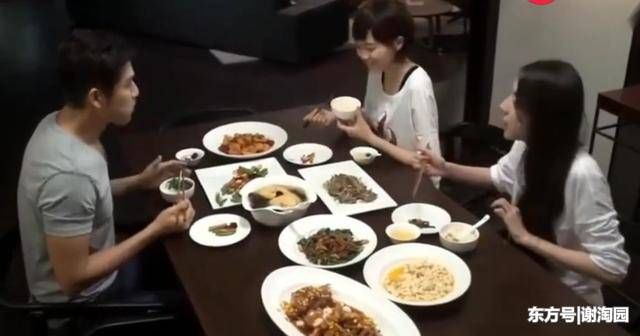 Tang Yan and Zhong Hanliang dine very well, and she eats like this, and that's the way she actually filmed it!