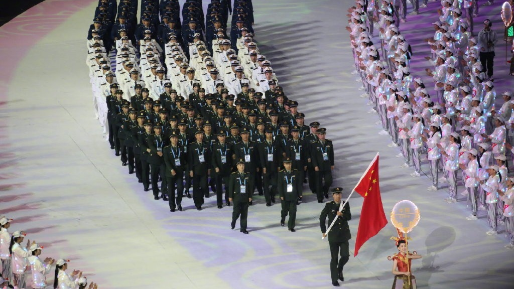 军运会开幕解放军代表团入场 全场欢呼
