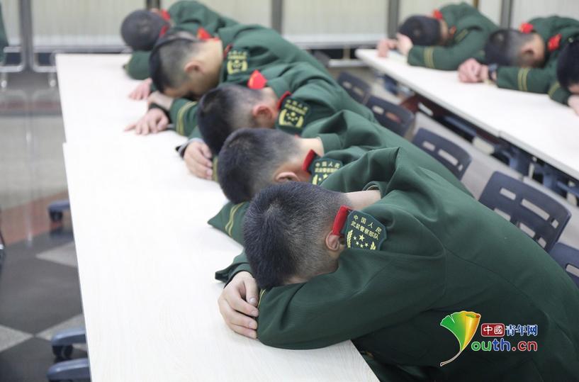 春运故事:北京西站武警每天执勤18小时 小憩睡姿戳人泪点!!! - 周公乐 - xinhua8848 的博客