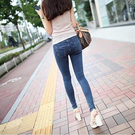 时装搭配,修身牛仔裤衬托的更加时尚,这个季节让凉爽与潮流兼具