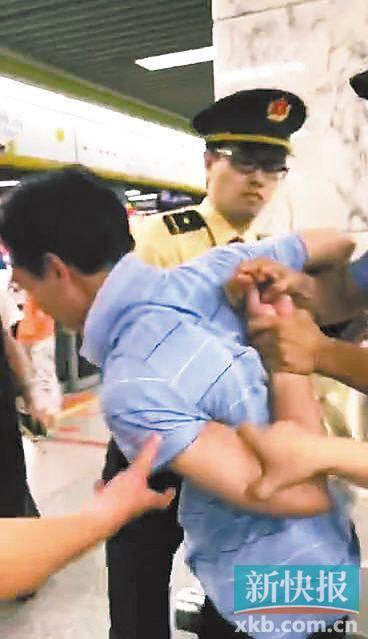 猥琐男地铁故意裸露下体