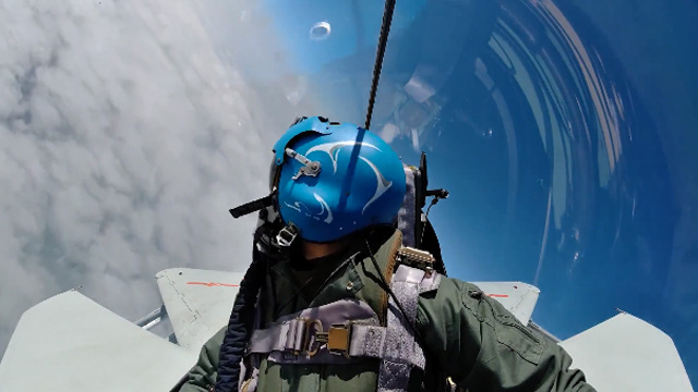 安全带系好!战斗机飞行员带你感受飞云之上的美景!
