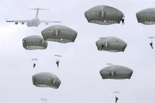 原来伞兵是这么跳伞的 看上去相当惊险!