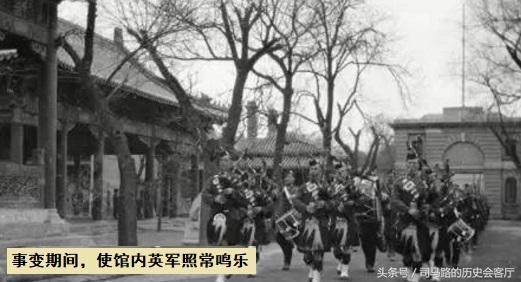 1900年清军用竹竿挑块点燃的油布伸进洋人阵